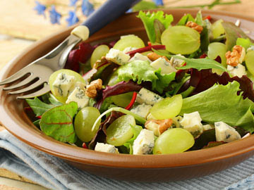Mixed Greens with Walnuts and Grapes